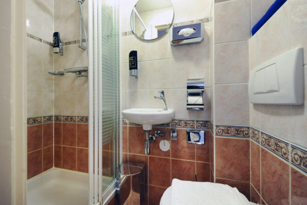 kleine-2-persoonskamer-badkamer